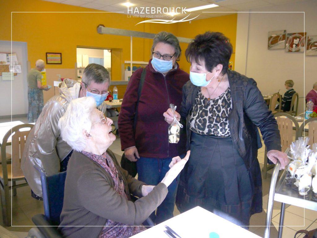 Distribution de chocolats auprès des seniors